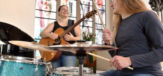 Karola Schmelz-Höpfner und Christian Höpfner stimmen sich auf das Beatles-Mitsing-Konzert am kommenden Mittwoch ein.Foto: Konczak