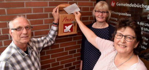 Edgar Ruhm (LEB), Büchereileiterin Sigrid Kautzsch (Mitte) und Meike Saalfeld (im Rathaus unter anderem für die Bücherei zuständig) sind gespannt, ob der Poesie-Briefkasten von Poeten aus dem Landkreis rege genutzt wird. Meike Saalfeld hat am Freitag das erste Gedicht eingeworfen. Es stammt aus der Feder ihrer Schwiegermutter. Foto: Hauke Gruhn