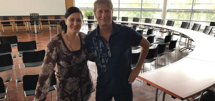 Der Ratssaal ist bereitet: Organisator Detlef Gödicke und Susanne Stelljes vom Fachbereich Kultur der Stadtverwaltung zeigen sich vorfreudig gespannt. Foto: Bosse