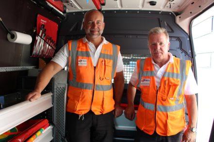 Thomas Schote (links) und Jens Krogmann haben Anfang der 90er Jahre als Fahrer bei der BSAG angefangen. Inzwischen sind sie als Verkehrsmeister tätig. Foto: Harm