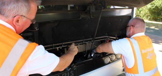 Die beiden Verkehrsmeister untersuchen einen Ausgleichsbehälter für Kühlwasser. Foto: Harm