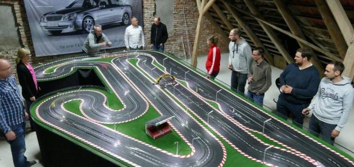 Auf der 36 Meter langen Strecke fahren die Carrera-Fans mit ihren Modellautos nach ihrem Feierabend um die Wette. Fotos: Beinke