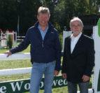 Schon am Freitag begrüßte der Chef des Reitervereins Worpswede und Umgebung, Hans-Helmut Pein (r.), den Mannschaftsweltmeister von 1998, Markus Beerbaum, auf dem Springparcours. Foto: Möller