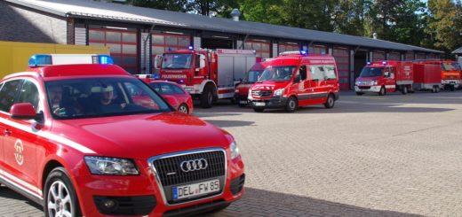 Feuerwehrautos bei Ausfahrt aus der Wache.