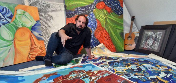 Georgios Kolios liebt es auf seinen großformatigen Bildern gerne experimentell und farbig. Foto: Konczak
