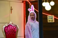 Erstmalig tauchte in dem Musiktheater ein großer, rosa Hase (Susanne Schrader) auf.Foto: Manja Herrmann