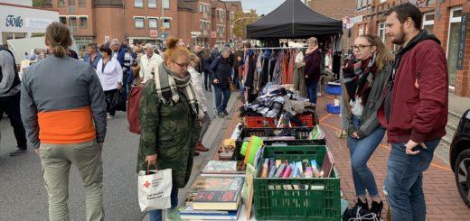 """Zahlreiche Händler und """"Schatzsucher"""" bevölkerten am Sonnabendvormittag die Bahnhofstraße beim traditionellen Flohmarkt. Foto: Bosse"""