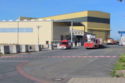 Mehr als 160 Einsatzkräfte sind vor Ort, darunter Feuerwehren aus Bremen, Ganderkesee und weiteren Gemeinden. Foto: Harm