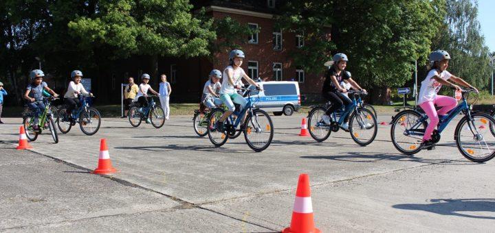 Die Klasse 4b der Grundschule Alt-Aumund beim Praxistest: Die Kinder haben den neuen Verkehrsübungsplatz als erstes getestet .Foto: Harm