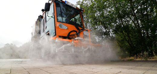 Fahrzeug zur Beseitigung von Ritzenvegetation im Einsatz.