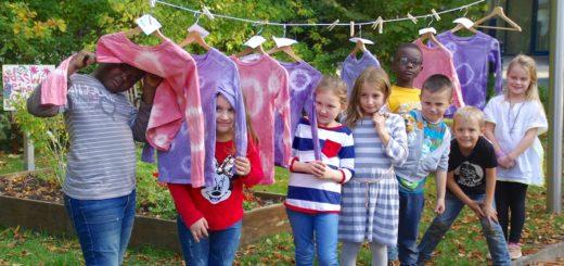 Rotkohl, Löwenzahn und Holunderbeeren – am Freitag haben sich wieder zahlreiche Kinder kreativ gezeigt und mit natürlichen Farbsäften aus dem Färbergarten der Städtischen Galerie Delmenhorst gemalt und T-Shirts gefärbt. Foto: gri