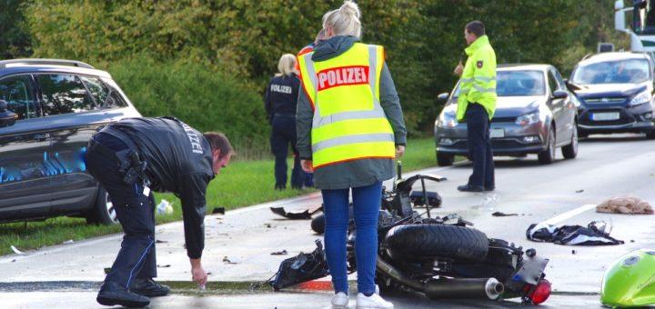 Polizisten bei der Unfallaufnahme