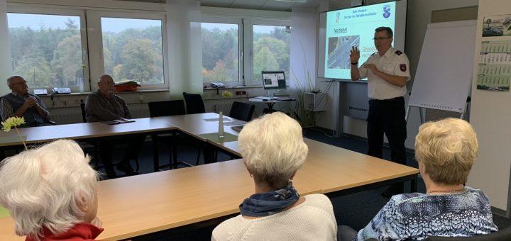 Axel Prigge vom Fachbereich Prävention der Polizeiinspektion Verden/Osterholz sprach vor 17 Senioren über knifflige Situationen im Straßenverkehr. Foto: Bosse