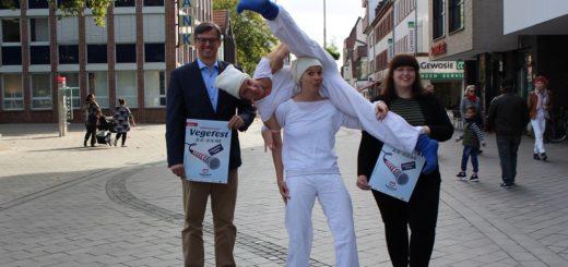"""Wolfgang Helms (links) und Sandra Fleck (rechts), beide vom Vegesack Marketing, haben schon mal eine Gruppe präsentiert: Das Duo """"tonneCtion"""" ist beim Vegefest mit dabei. Foto: Harm"""