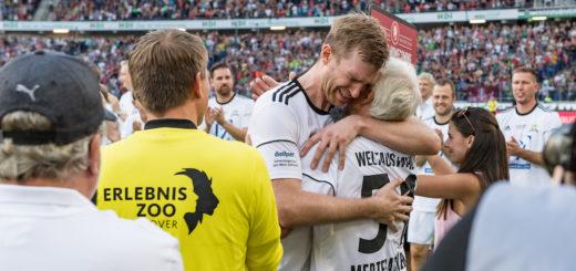 Bei seiner Auswechslung gab es Tränen bei Per Mertesacker. Foto: Nordphoto