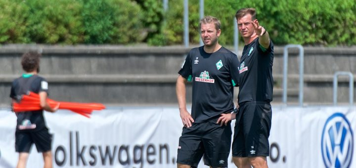 Florian Kohfeldt im gespräch mit Tim Borowski (rechts).