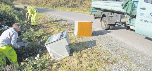 Die ASO-Beschäftigten Jens Korte und Rainer Holler mussten gestern den in der Hammeniederung illegal entsorgten Müll einsammeln. Es gibt Nachforschungen nach den Verursachern. Foto: Möller