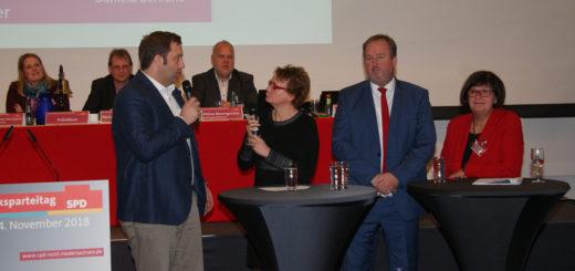 Die frühere Staatssekretärin Daniela Behrens ((Dritte von rechts) moderierte gestern vor den 105 Delegierten des SPD-Parteitages eine Talkrunde mit der scheidenden Bezirksvorsitzenden Petra Tiemann, ihrem Nachfolger, Uwe Santjer und dem SPD-Generalsekretär Lars Klingbeil (v. r.). Foto: Möller