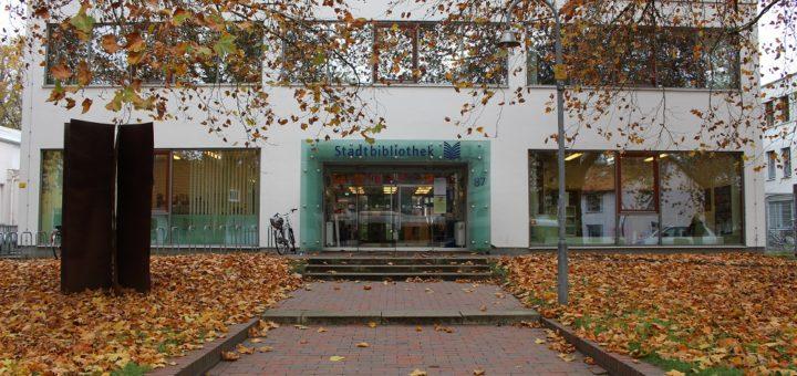 Die Stadtbibliothek ist vor 50 Jahren erbaut worden und für eine Bücherei konzipiert worden. Doch inzwischen tropft es durch die Decke und die Mängelliste wird länger. Foto: Harm