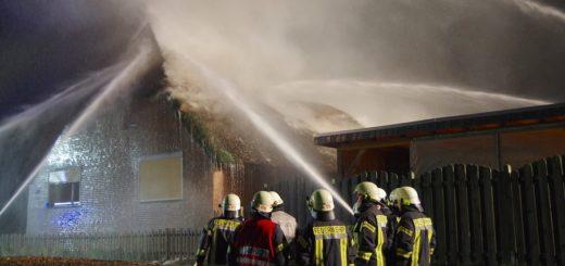 Am Freitagabend hat ein Reetdachhaus in Altenesch gebrannt. Foto: Richter