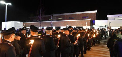 Mit Fackeln liefen die Hasberger Feuerwehrleute vom alten zum neuen Domizil. Dort wurden sie von zahlreichen Gästen begrüßt.Foto: Konczak