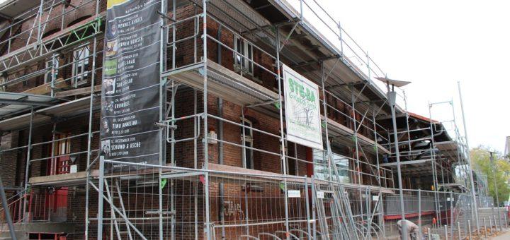 Gerüst muss sein: Bei der Sanierung werden viele Arbeiten an der Fassade getätigt, zum Beispiel die Riss- und Fugensanierung. Foto: Harm