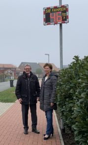 Grasbergs Bürgermeisterin Marion Schorfmann und Landrat Bernd Lütjen nahmen die neue Geschwindigkeits-Anzeigetafel offiziell in Betrieb. Foto: Bosse