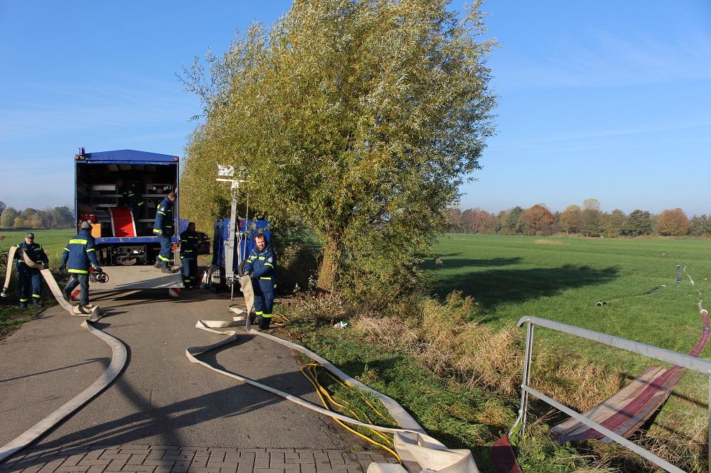 Das THW und Helfer der Freiwilligen Feuerwehr Neuenkirchen haben die Arbeiten gestern beendet und die letzten Schläuche und Pumpen abgebaut. Foto: Harm