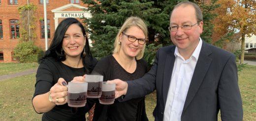 Nicht nur mit der neuen Glühweintasse hoffen Susanne Stelljes, Sonja K. Sancken und Stefan Tietjen (von links) von der Stadtverwaltung, den Geschmack der Osterholz-Scharmbecker beim Weihnachtsmarkt zu treffen. Foto: Bosse