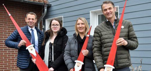 Michael Baum, Jacqueline Petzold (Autohaus Hoppe), Kirsten Kanert und Carsten Wichmann (Tischlerei Sandkuhl) laden wieder zum kombinierten Weihnachtsmarkt ein. Foto: Konczak