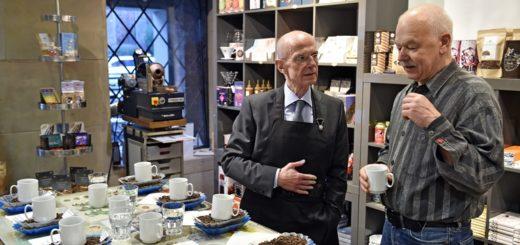 Christian Weber (l.) und Martin Büchler während der Kaffeeverkostung. Foto: Schlie