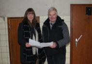 Garlstedts Ortsvorsteherin Marie Jordan und ihr Amtsvorgänger, Johann Beckmann, freuen sich über die Fördergelder für einen Umbau des Kühlhauses. Foto: Möller