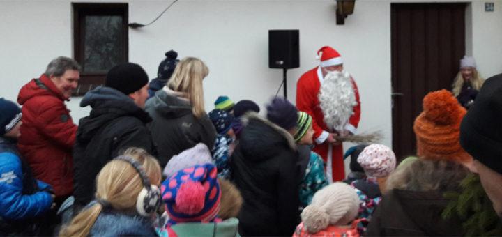 """Zum dritten Advent war zum Weihnachtsmarkt """"Wintertraum"""" rund ums Kühlhaus nach Garlstedt eingeladen worden. In der Ortschaft wünscht man sich an dieser Stelle eine verbesserte Infrastruktur, für eine Umgestaltung des Kühlhauses gibt es nun Fördergeld aus Brüssel. Foto: Jordan"""