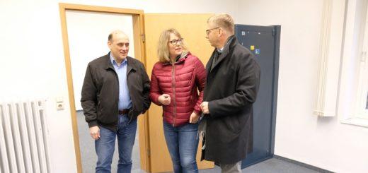Auch der stellvertretende Beiratsprecher Stefan Besecke (SPD), Beiratsmitglied Bettina Hornhues (CDU) und Beiratssprecher Martin Hornhues (CDU) (von links) nahmen am Freitagnachmittag das alte Ortsamt in Augenschein. Foto: Armbrust
