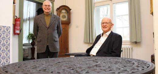 Holger Schleider vom Heimat- und Museumsverein (links) und Hans Schnatmeyer (rechts) haben Exponate, Fotos und Informationen über die Ausstellung zusammengetragen. Foto: Harm