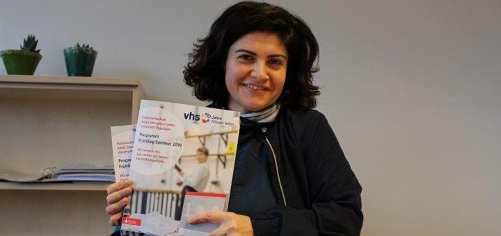 Haleh Soleymani leitet die VHS-Regionalstelle in Bremen-Nord – und ist jedes Mal auf's Neue davon angetan, wie vielfältig das Programm der Volkshochschule ist. Foto: Harm