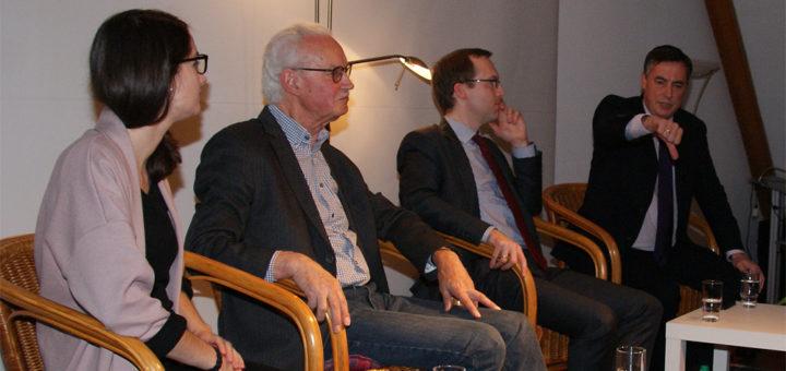 David McAllister (rechts) kam Freitagabend zu einem Podiumsgespräch zur Volkshochschule nach Lilienthal. Dort moderierte der ehemalige Programmdirektor Hörfunk von Radio Bremen, Hermann Vinke (Zweiter von links), die Runde, an der auch Laura Wanner (links) von den Jungen Europäischen Föderalisten und Christoph Pohlmann (Zweiter von rechts) aus dem Ministerium für Bundes- und Europaangelegenheiten teilnahmen. Foto: Möller