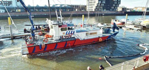 Feuerlöschboot an der Unglücksstelle.