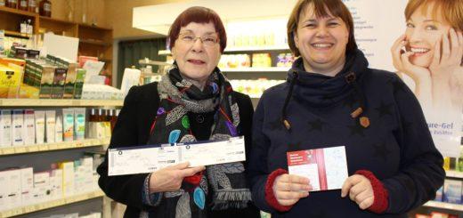 Gewinner Karin Scholz (links) und Gewinnspiel-Organisatorin Christa Dohmeyer bei der Gewinnübergabe. Foto: Harm