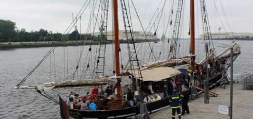 Das Vegesacker Hafenfest lockt nicht nur mit Musik, Buden und Gelegenheiten zum Klönschnack, sondern auch mit kostenlosen Rundfahrten auf den Traditionsschiffen. Archivfoto: Harm