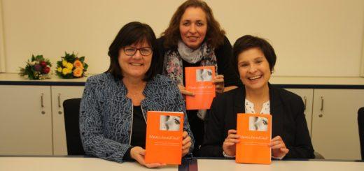 """Die Gleichstellungsbeauftragte Petra Borrmann sowie die Beraterinnen Brunhilde Frerichs und Ruth Bock-Janik haben die Neuauflage von """"Menschenskind"""" auf den Weg gebracht. Foto: nba"""