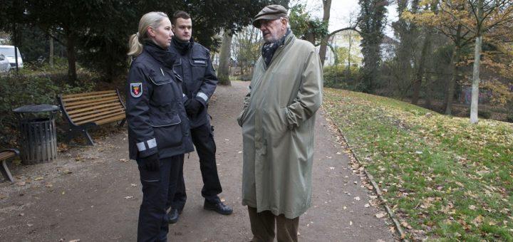 Seit Oktober sind die Mitarbeiterinnen und Mitarbeiter des Ordnungsdienstes auf den Straßen in Bremen unterwegs. Foto: Meister