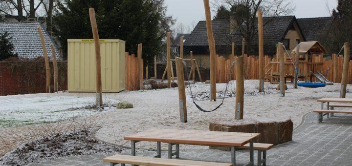 Auf dem großflächigen Außengelände des Kinder- und Familienzentrums wurden zahlreiche Holzspielzeuge installiert. Auch ein Spielschiff ist dabei. Foto: Harm