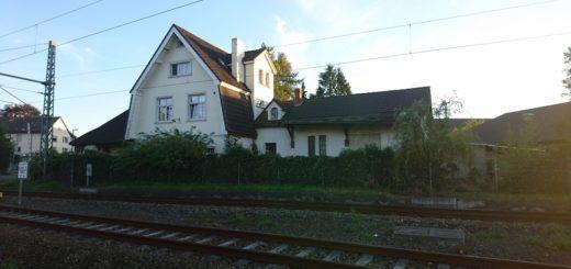 Das Bahnhofsgebäude in Aumund bleibt mindestens die nächsten vier Jahre stehen. Ist bis dahin kein Käufer oder Vermieter gefunden, könnte es abgerissen werden. Archivfoto: WR