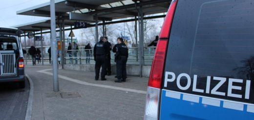 Etwas mehr als eine Stunde waren gestern Morgen Mitarbeiter des Ordnungsdienstes, Polizisten des Reviers in Lesum und des Einsatzdiensts sowie Beamte der Bundespolizei am Bahnhof Bremen-Burg im Einsatz. Foto: Harm