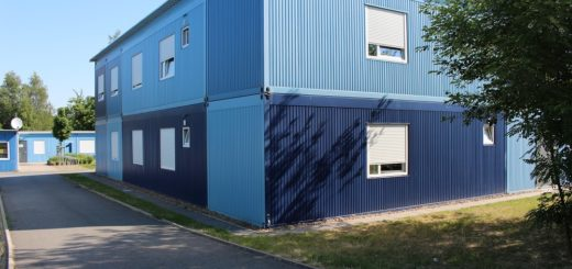 Das Blaue Dorf gilt aufgrund seiner Bauweise und Betreuung der Bewohner als eine Art Vorzeige-Übergangswohnheim. Foto: Harm