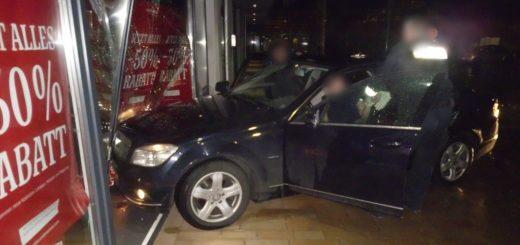 Das Auto blieb im Schaufenster stehen. Foto: Polizei Bremen