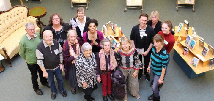 Die Autoren (auf dem Foto ist nur ein Teil der beteiligten Akteure abgebildet) freuen sich auf das nordbremische Publikum. Foto: Harm