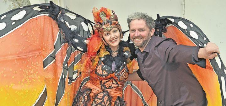 Kleider in schillernden Farben, Flügel aus Seide, leuchtende Handschuhe - Bremen bereitet sich auf den Karneval am 22. und 23. Februar vor. Ganz vorne mit dabei: die Gruppe Stelzen-Art mit ihren neuen Kostümen. Foto: Schlie
