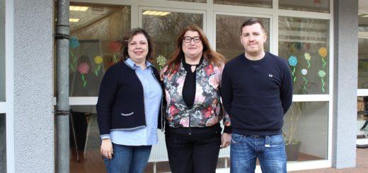 Sozialsenatorin Anja Stahmann (Mitte) besuchte Integrationskraft Iman Al-Najar und Quartiersmanager Christian Ganske diese Woche an ihrem Arbeitsplatz. Foto: Harm